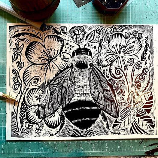 scratchboard illustration of queen rusty-patched bumblebee
