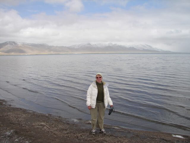 Jaqueline standing in front of the lake Aru Tso